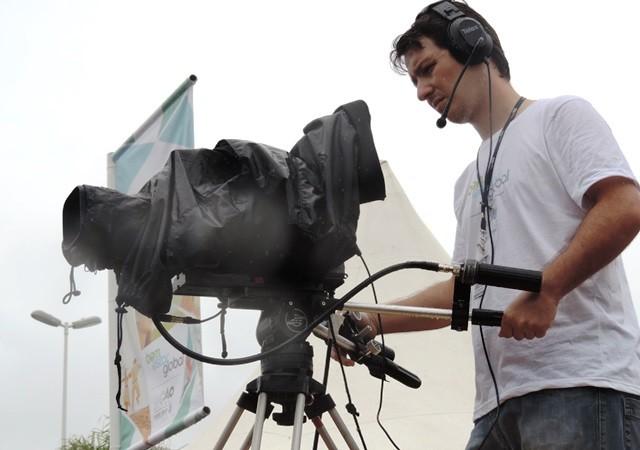 Cinegrafistas da RBS TV auxiliaram transmissão (Foto: Géssica Valentini/G1)