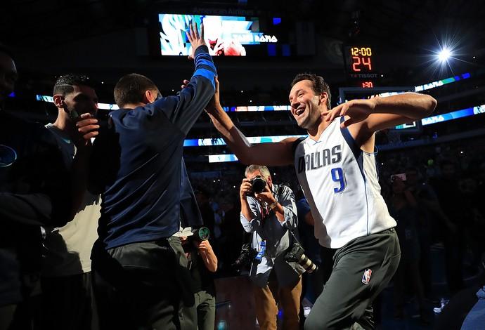Tony Romo é apresentado como jogador dos Mavericks no jogo contra os Nuggets (Foto: Getty Images)