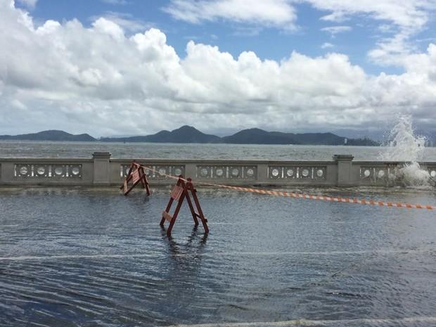 Nível do mar subiu e água invadiu avenida da praia em Santos, SP (Foto: Adriana Cutino/G1)