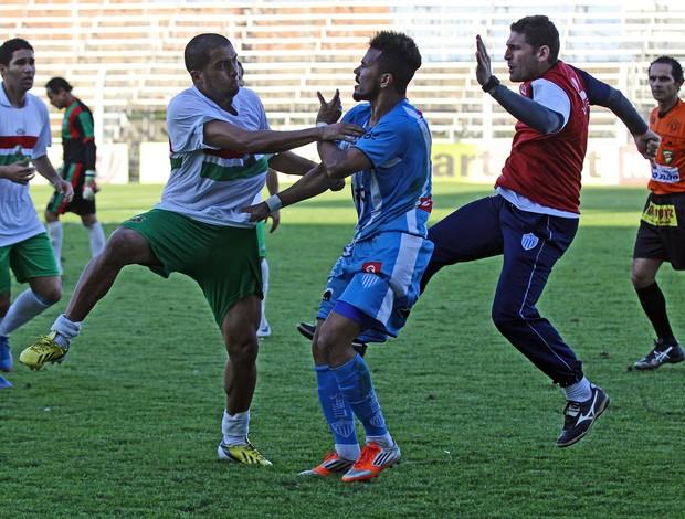 Novo Hamburgo e São Paulo de Rio Grande brigam no Estádio do Vale (Foto: Rodrigo Rodrigues/Jornal NH)