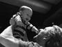 Alexandre Nero aparece sorridente em foto com o filho, Noá