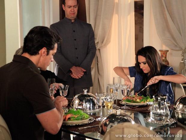 Valdirene não consegue aprender boas maneiras (Foto: Ellen Soares/ TV Globo)