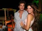 Isis Valverde usa shortinho para badalar com o namorado na Bahia