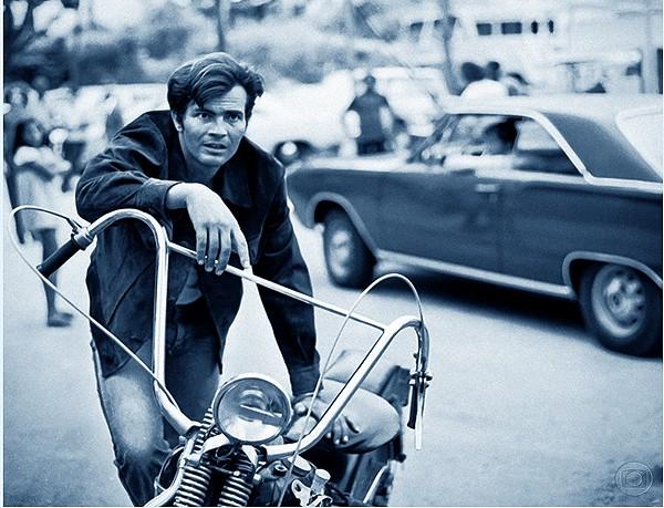 Lifestyle: na pele do motoqueiro Ciro Valdez na novela 'Cavalo de Aço', de Walter Negrão, 1973. A novela marcou a introdução do  merchandising nas novelas (Foto: Divulgação)