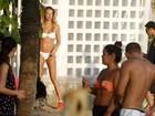 Letícia Birkheuer faz exercícios de biquíni em Ipanema, no Rio