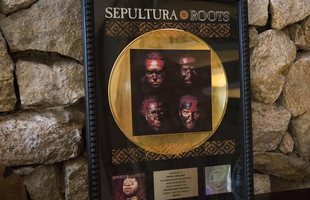 Disco de ouro do albúm Roots da banda Sepulura. (Foto: Rafael Avancini)