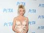 Pamela Anderson usa look decotado em evento nos Estados Unidos
