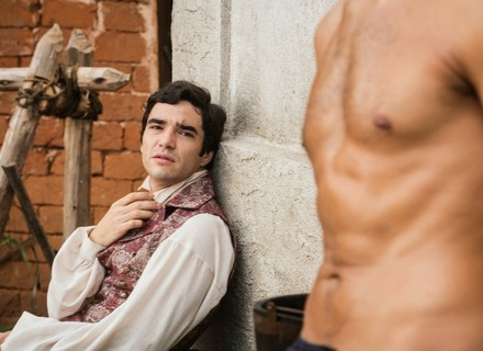 André fica desconcertado ao ver Tolentino sem camisa