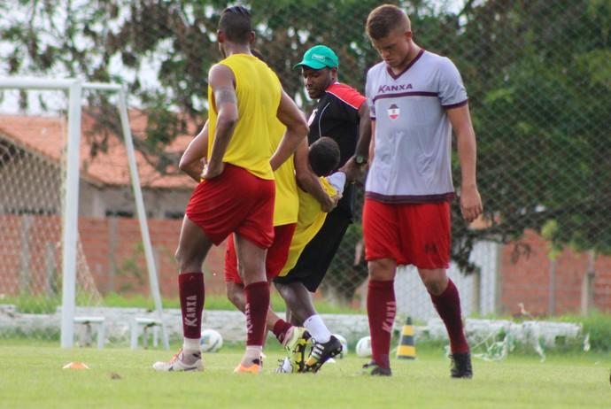 Kássio leva a pior em disputa de bola com Amorim que herda sua vaga no treino (Foto: Emanuele Madeira/GloboEsporte.com)