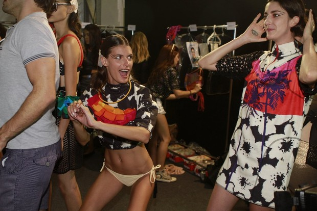 Carol Francischini no backstage da grife Salinas no Fashion Rio (Foto: Isac Luz / EGO)