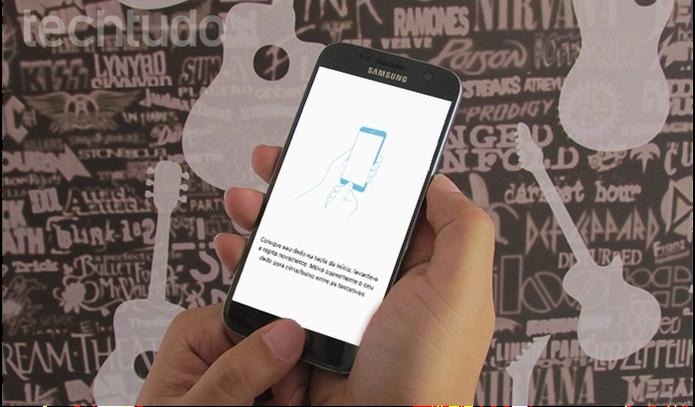 Cadastre suas digitais no celular (Foto: Paulo Alves/TechTudo)