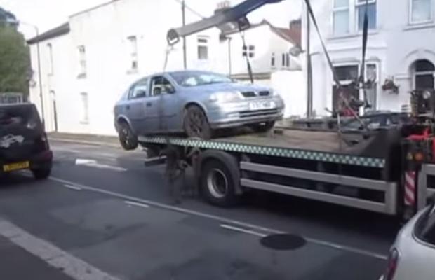 Homem tenta remover veículo estacionado em um guincho (Foto: Reprodução)