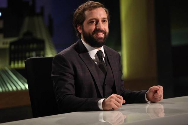 Gregorio Duvivier no 'Greg news' (Foto: Christian Rodrigues/Divulgação)