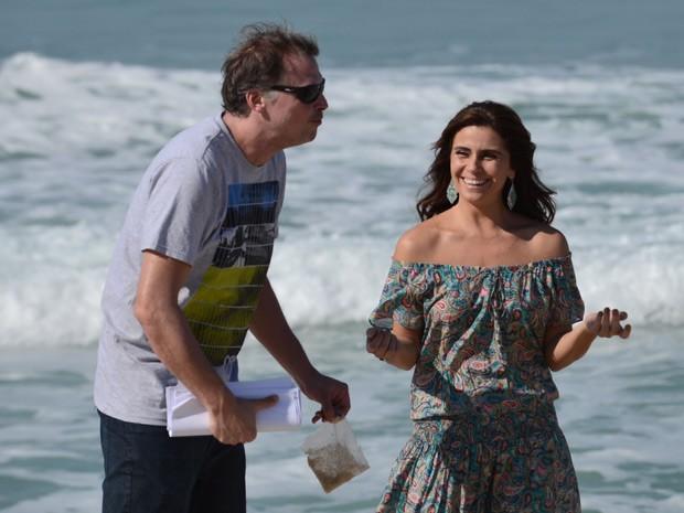 Em clima descontraído, Giovanna Antonelli recebe instruções do diretor de 'Em Família' (Foto: Raphael Dias/TV Globo)
