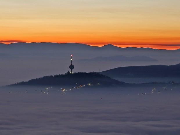 Torre de TV em meio a camada de poluição em Sarajevo, capital da Bósnia, neste domingo (27) (Foto: Reuters/Dado Ruvic)