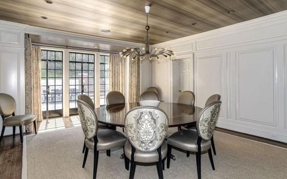 Esta é a sala de jantar da mansão, que fica em um dos bairros mais nobres da capital  (Foto: reprodução)