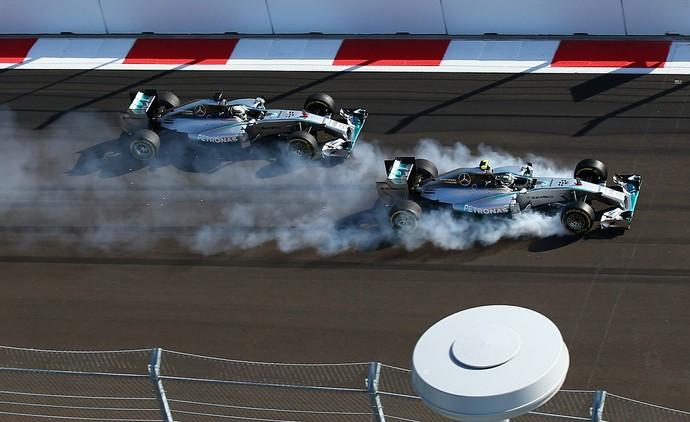 Nico Rosberg fritou pneus ao dar o bote em Lewis Hamilton na primeira volta do GP da Rússia (Foto: Getty Images)