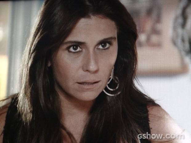 Clara fala de Marina com Cadu e dá banho de água fria no marido (Foto: Em Família / TV Globo)