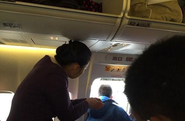 Passageiro abriu porta de emergência de avião porque queria pegar 'ar fresco' (Foto: Reprodução/YouTube/NewsVidsChannel)