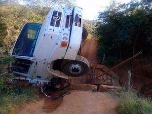 Ponte desabou com caminhão carregado de blocos em Caetité (Foto: Ederson Albert/Site Caetité Notícias)