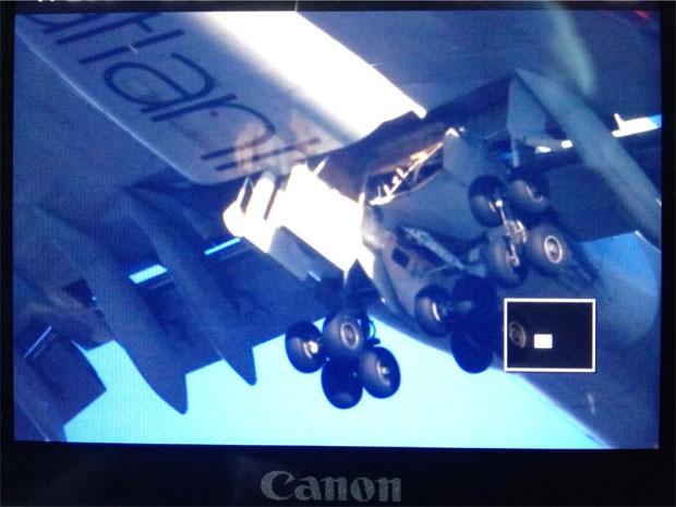 Foto publicada pelo perfil de Samuel Pilcher, que se identifica como estudante de engenharia aeronáutica, no Twitter, mostra trens e pouso de avião da Vrigin Atlantic  (Foto: Reprodução/Twitter/SamPilcher)