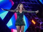 Prevenida, Ivete Sangalo usa shortinho por baixo de vestido curto em show