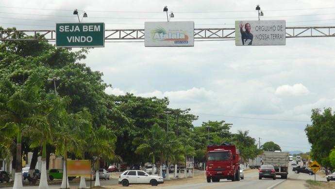 Entrada de Atalaia tem placa com homenagem a Aloisio Chulapa (Foto: Denison Roma / GloboEsporte.com)