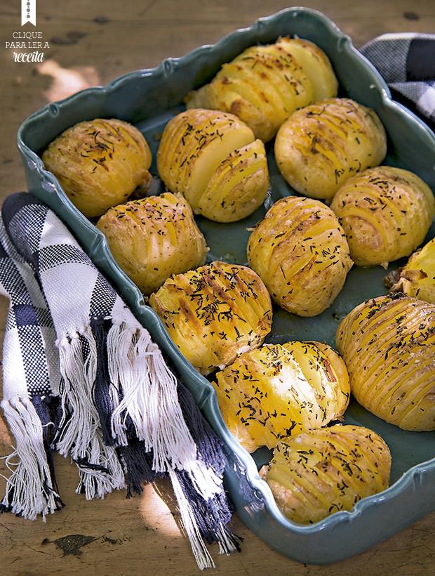 Cortadas em lâminas unidas pela base, as batatas pegam mais os temperos. Travessa Rosa dos Ventos Porcelanas (Foto: Cacá Bratke/Editora Globo)
