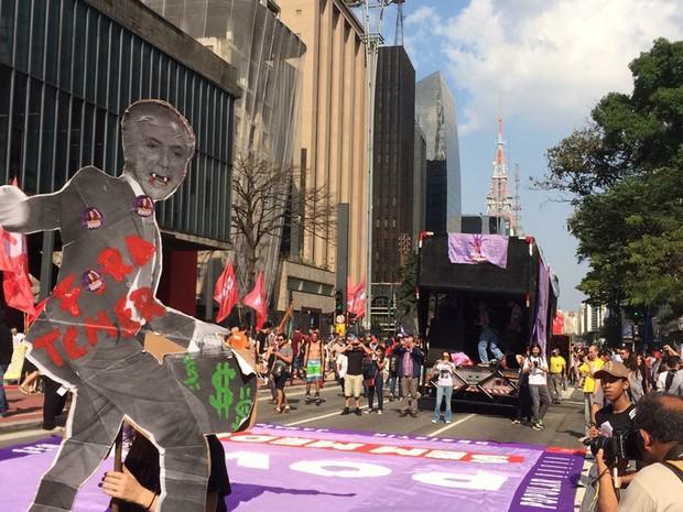 Manifestantes iniciam concentração para a realização de um protesto contra governo do presidente Michel Temer (PMDB) em frente ao Masp, na Avenida Paulista, na região central de São Paulo, na tarde deste domingo (11) (Foto: Lívia Machado/G1)