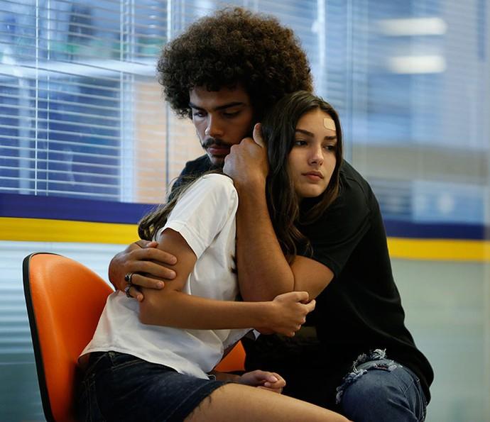 Pedro consola a namorada, mas não disfarça a preocupação (Foto: Ellen Soares/Gshow)