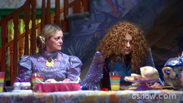 Os pais da moça estranham o seu jeito calado  (Foto: Meu Pedacinho de Chão/TV Globo)