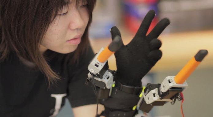 Luva com dedos rebóticos foi desenvolvida pelo MIT (Foto: Reprodução/YouTube)