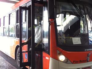 Passageiro pega ônibus normalmente no terminal Barra Funda (Foto: Letícia Mendes/G1)