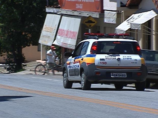 viatura Polícia Militar São José dos Salgados distrito de Carmo do Cajuru MG (Foto: Reprodução/TV Integração)