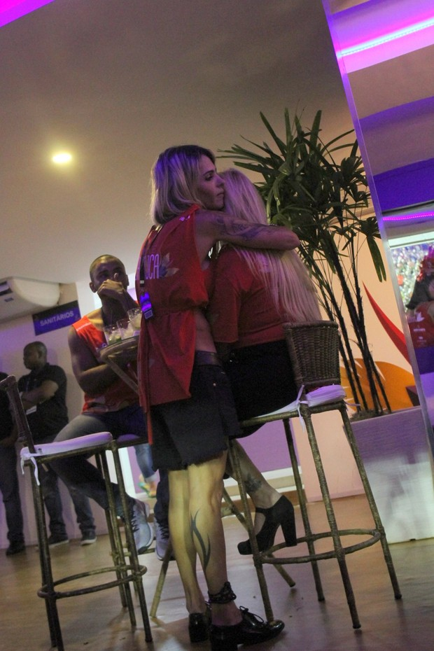 Monique Evans com a namorada (Foto: Daniel Delmiro/AgNews)