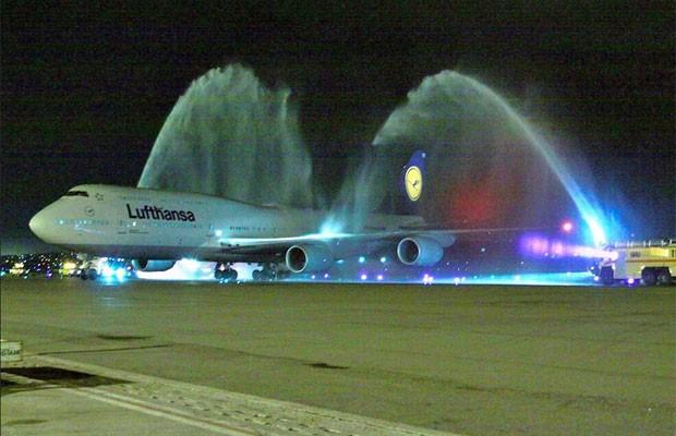 Avião 747-8 é 'batizado' com jatos de água em Guarulhos nesta segunda-feira (31) , em evento para a imprensa (Foto: Juan Carlos dos Reis/Boeing)