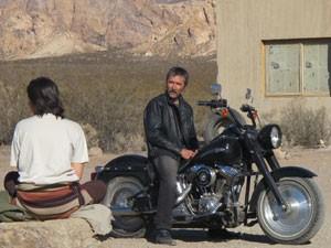 O ator Nelson Diniz na moto e Fernanda Moro, de costas, durante filmagens de 'A oeste do fim do mundo', nos andes argentinos (Foto: Cauê Muraro/G1)
