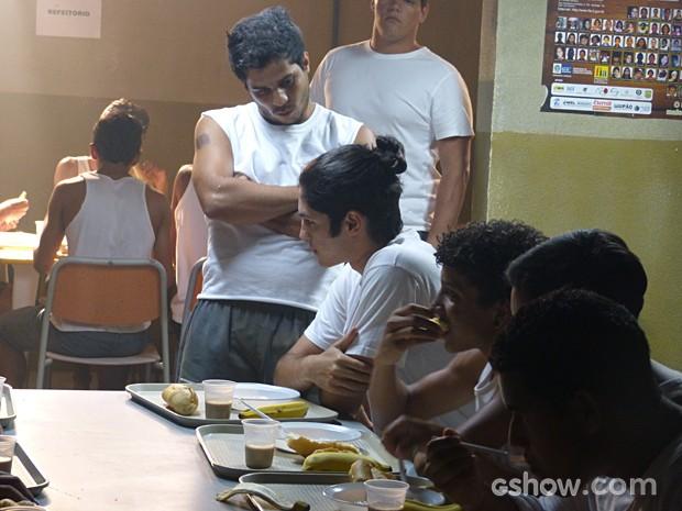 Antônio recebe encarada de colegas de reformatório (Foto: Malhação / TV Globo)