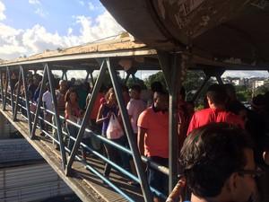 Passarela que liga Shopping da Bahia à rodoviária tem congestionamento de pessoas (Foto: Alan Tiago Alves/G1 Bahia)