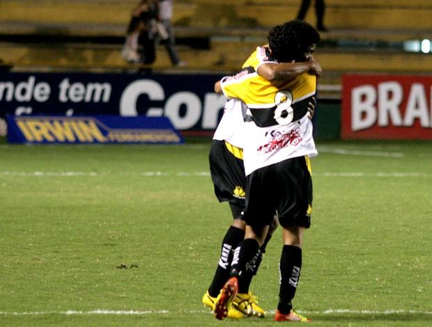 Giovanni Augusto comemora gol do Criciúma contra o América-RN (Foto: Fernando Ribeiro / Ag. Estado)
