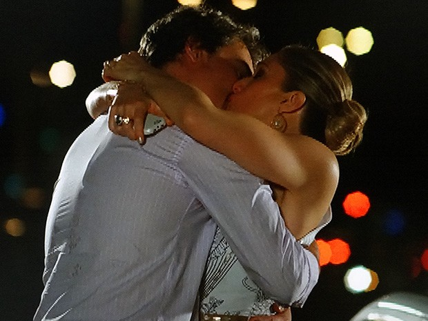 Antonia e Carlos não resistem e se beijam (Foto: Salve Jorge/TV Globo)
