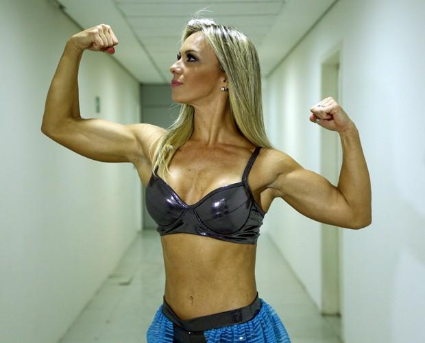 Carol Soares mostra a força dos seus bíceps! (Foto: Raphael Dias / Gshow)