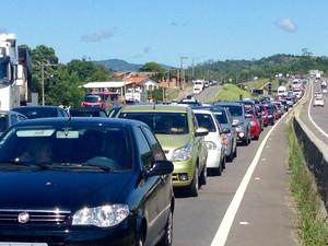 Às 11h, fila chegou a 17 quilômetros no sentido Norte da BR-101 em Laguna (Foto: Gabriel Felipe/RBS TV)