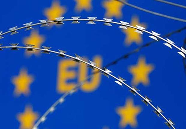 Arame farpado encobre bandeira da União Europeia durante protesto (Foto: Srdjan Zivulovic/Reuters)