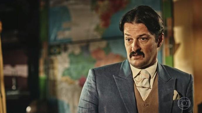 Carlos Eduardo faz planos para tomar o lugar de Afrânio (Foto: TV Globo)