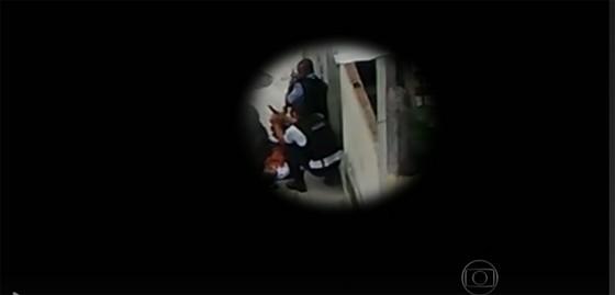 PMs alteram cena da morte de menor no Morro da Providência, no Rio de Janeiro (Foto: Reprodução/TV Globo)