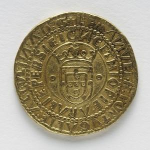 O portugues, moeda de ouro que valia 10 cruzados, cunhada na Casa da Moeda de Lisboa, em 1499, e que era aceita em grandes cortes da Europa (Foto: Edouard Fraipont)
