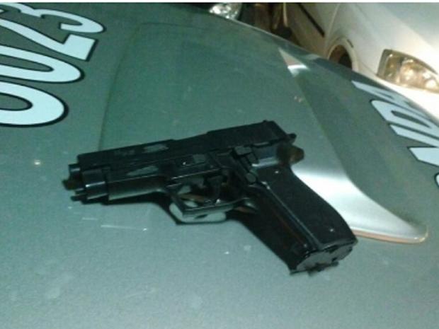 O homem  de 21 anos  foi localizado e preso, na BR 116, nas proximidades de um posto de combustível. Com ele, foi apreendido um simulacro de pistola. (Foto: SSPDS/Divulgação)