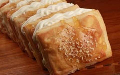Folhado doce com calda de caramelo tem recheio de chantilly