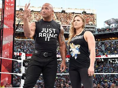 Ronda Rousey com o The Rock (Foto: Divulgação / WWE)